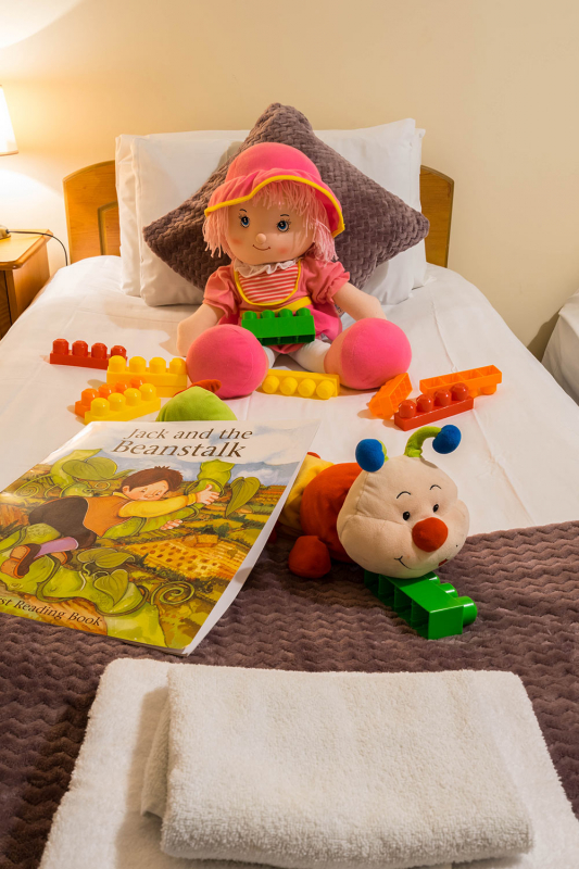 bed-with-toys